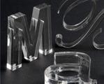 Letras e peças em acrílico